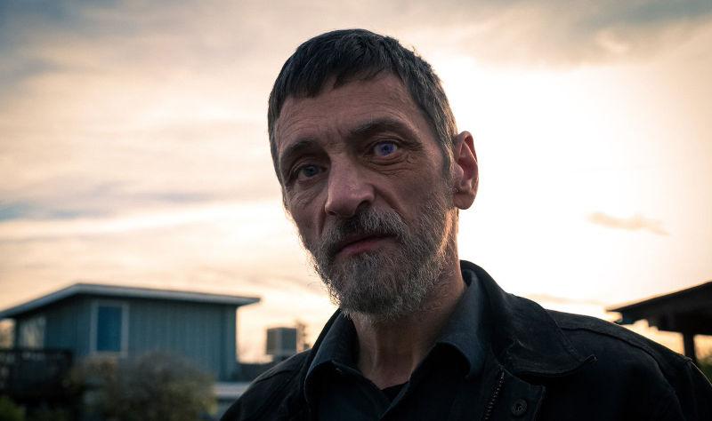 Слишком стар, чтобы умереть молодым 2 сезон кадр из сериала