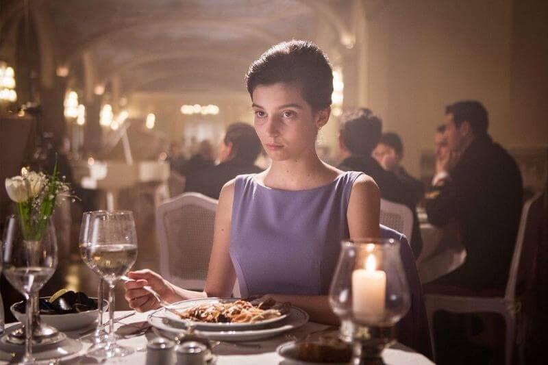 В ресторане Моя гениальная подруга 3 сезон